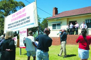 Bulli, 11 October 2014: Members of the Illawara-based Public Housing Union and pro-public housing activists from Sydney – including Millers Point residents and Trotskyist Platform supporters – protest the sell-off of yet another public housing dwelling as yuppy real estate agents conducting the sale look on.